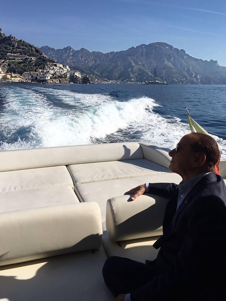 Berlusconi bloccato in mezzo al golfo di Napoli per un'avaria di un mega yacht, sbarca a Ischia con un'ora di ritardo
