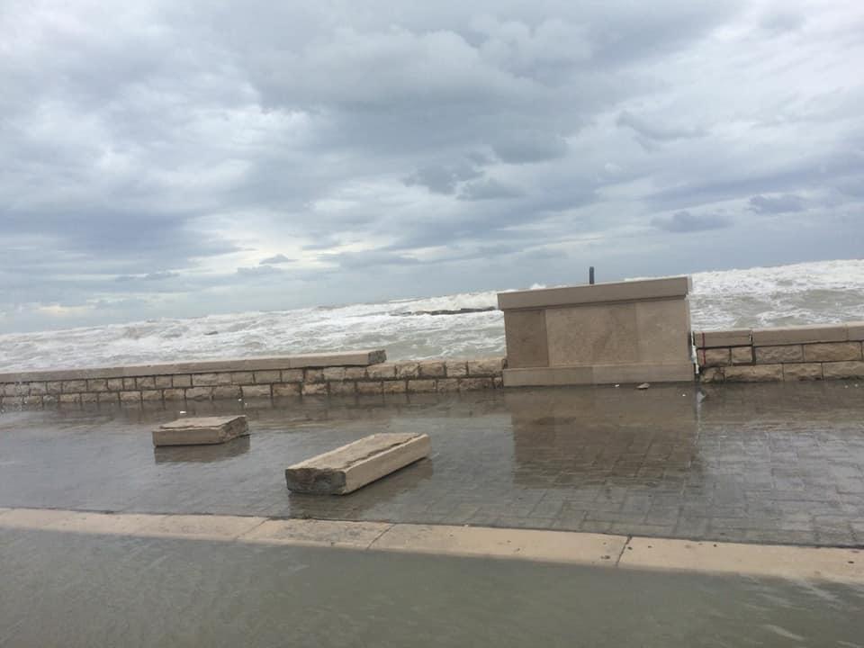 Bari, mareggiata sul lungomare distrugge muretti rifatti da poco, impraticabili alcuni tratti di viabilità tra Torre a Mare e San Giorgio