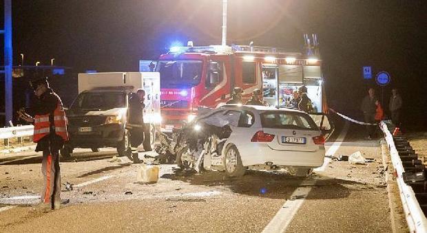 Papà perde il controllo dell'auto e centra un Tir in autostrada, muore la figlia di 3 anni