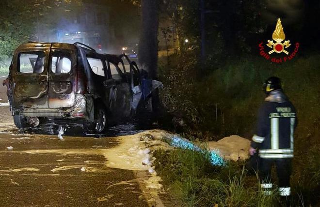 Auto a Gpl centra un palo e s'incendia: passeggeri intrappolati tra le fiamme
