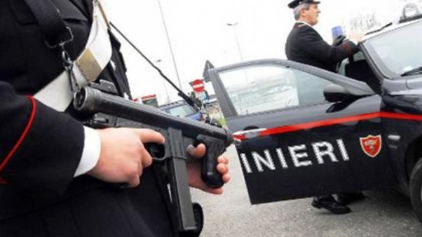 Puglia, terrore per una rapina all'ufficio postale, attimi di concitati durante fuga, banditi strattonano una che cade a terra sbattendo violentemente la testa