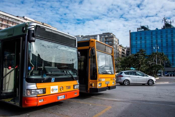 Bari, violenza sui bus di linea, ragazzine prendono a calci la porta d'uscita per sfuggire ai controllori