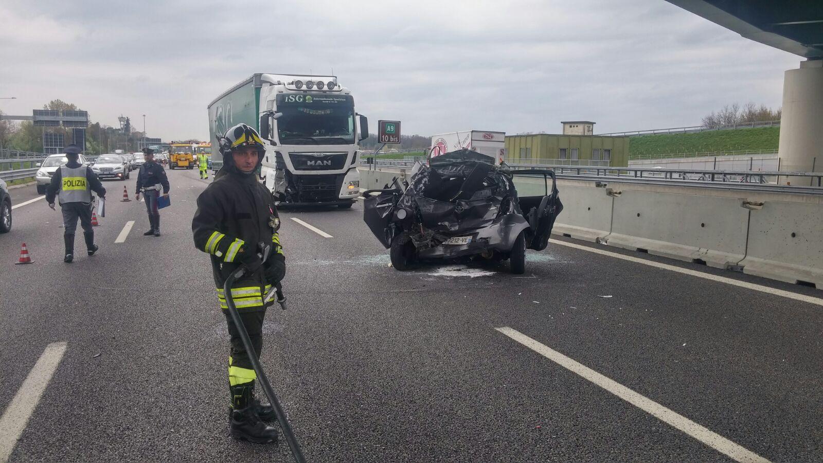 Terribile scontro tra tir e auto sulla A1, un morto e un ferito grave