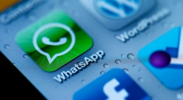 Mamma sbaglia destinatario su WhatsApp e il suo video hot finisce sulla chat della scuola