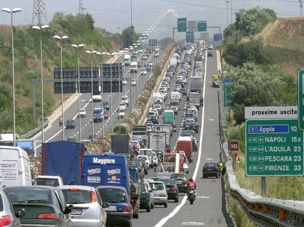 Incidenti, scontro tra mezzi pesanti sul Gra: un morto. Traffico e disagi