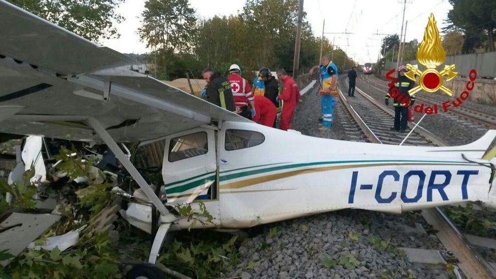 Roma. Via Salaria, aereo cade sulla ferrovia