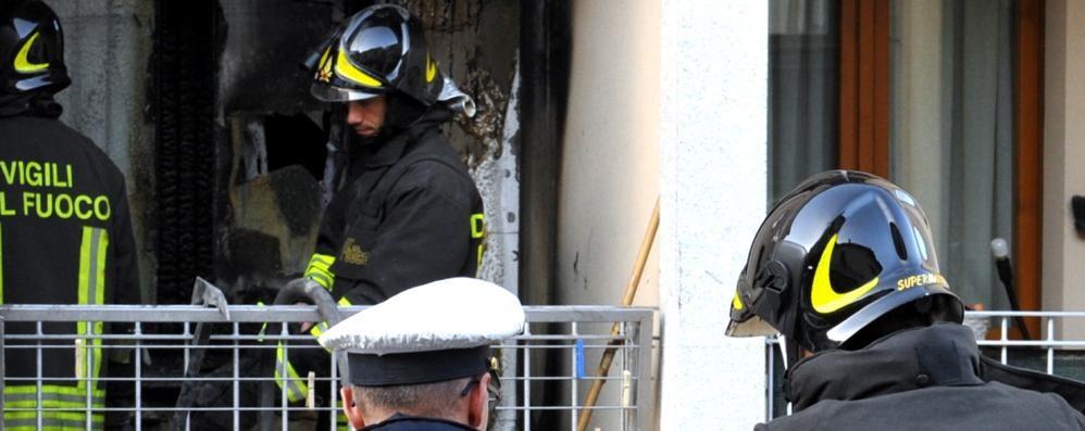 Bari in via Crisanzio furto riuscito male, ai ladri esplode fiamma ossidrica mentre cercano di aprire cassaforte, incendio nell'appartamento