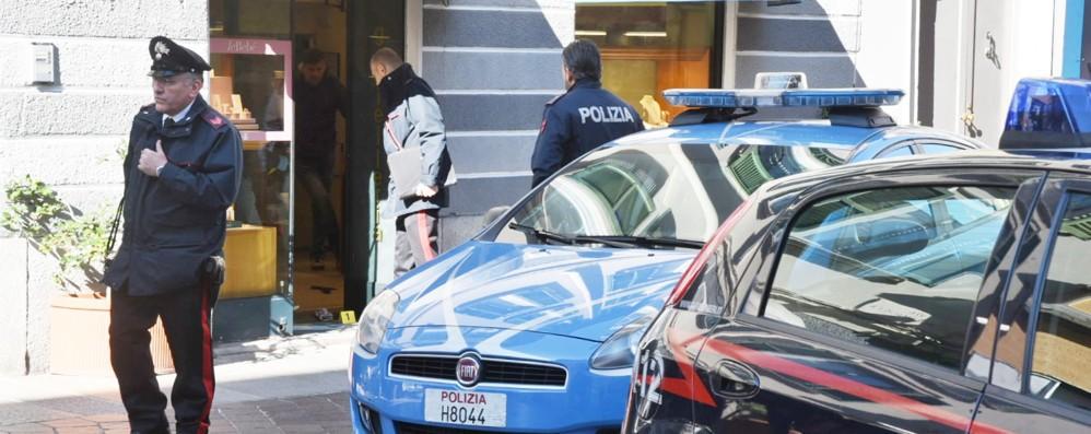 Puglia, ladri elegantissimi, ben vestito lui, truccatissima lei, entrano armati di coltello per una rapina in una gioielleria in pieno centro