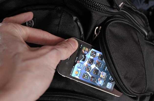 Bari, in via Melo marocchino tenta di rubare uno smartphone ad un uomo, bloccato dalle forze dell'ordine