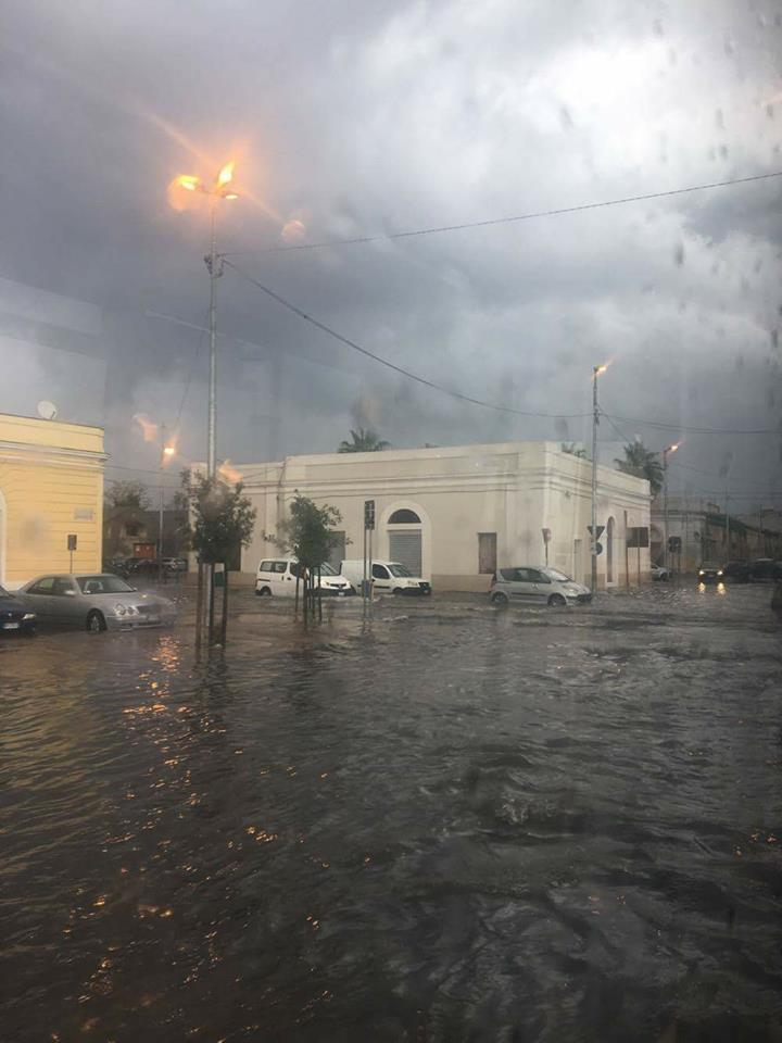Nubifragio a Taranto, strade e negozi allagati, circolazione in tilt