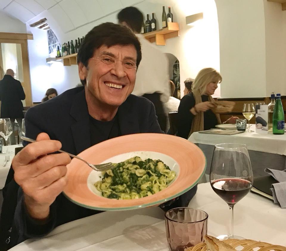 """Caloroso abbraccio di Bari al grande Gianni Morandi : """"Le orecchiette qui? Tutto un altro sapore"""""""
