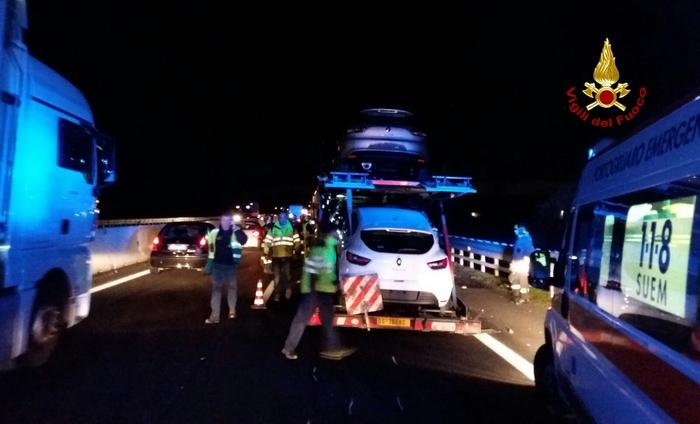 Inferno in Autostrada, schianto tra quattro mezzi pesanti, persone incastrate nelle lamiere, un morto e tre feriti gravissimi