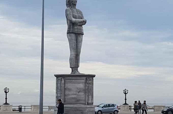 Bari, ecco perché è stata installata un'enorme statua raffigurante una donna in Piazza Diaz sul Lungomare