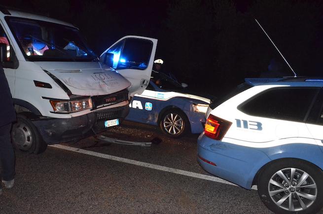 Puglia, folle inseguimento nella notte sulla A14, furgone sperona auto della Polizia, è caccia al pirata della strada