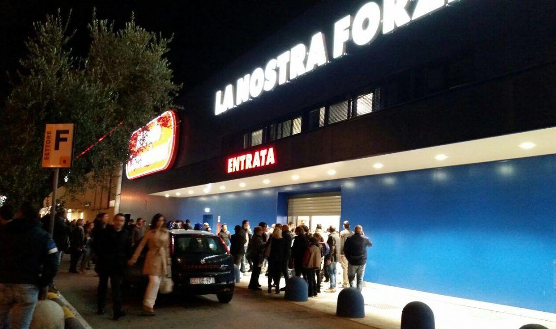 """Puglia, rapina a Mondo Convenienza: i clienti """"Ci siamo chiusi tutti in bagno aspettando la fine dell'inferno"""""""
