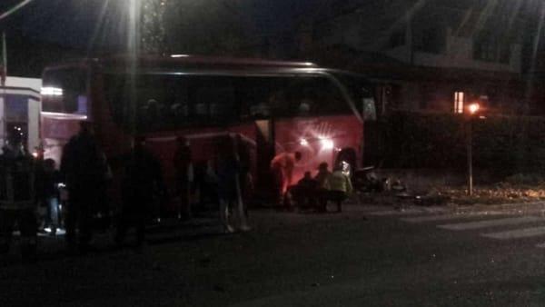 Scontro tra auto e pullman nel Milanese: 14 feriti