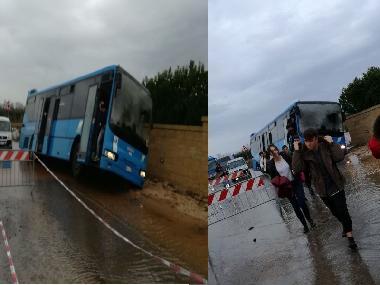 Puglia attimi di terrore, cede asfalto e il pullman carico di studenti finisce fuori strada