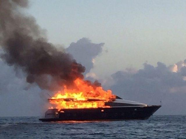 Yacht in fiamme con a bordo cinque persone, attimi di terrore al porto