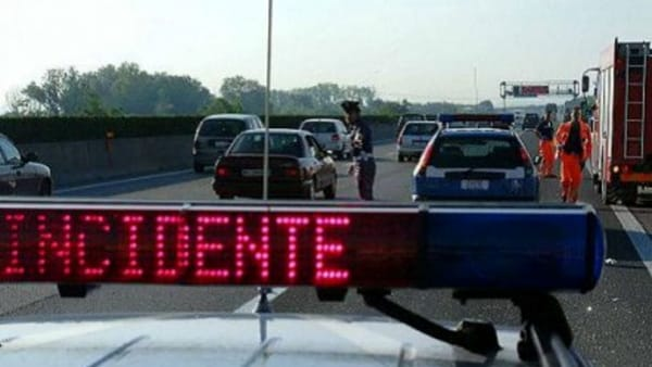 Terribile incidente in autostrada, auto contro il tir: due morti