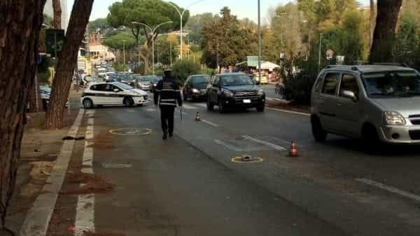 Coppia investita da un'auto, bilancio tragico: morto il marito, grave la moglie