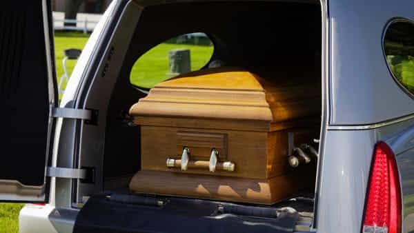 """""""L'auto non è assicurata"""": la municipale blocca il funerale"""
