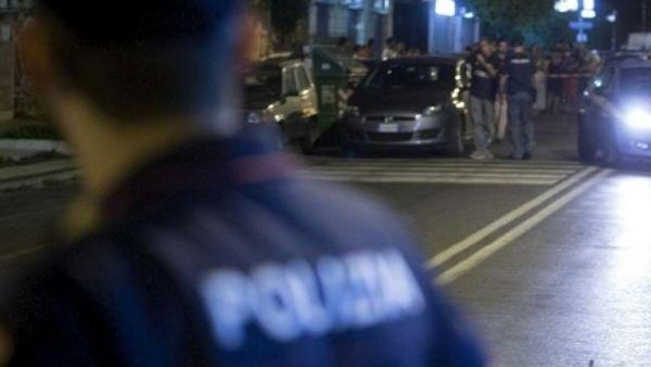 Fuggi fuggi generale, romeno terrorizza i passanti e automobilisti con un machete