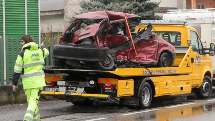 Violentissimo impatto all'alba, scontro frontale tra una Punto e una Mercedes, due quarantenni morti, altri due passeggeri gravemente feriti