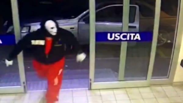 Puglia, terrore in centro, bandito mascherato e armato rapina gioielleria, proprietaria sotto choc
