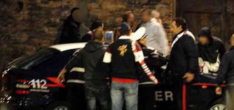 Puglia, per far scappare spacciatore folla inferocita aggredisce Carabinieri, arresti e denunce