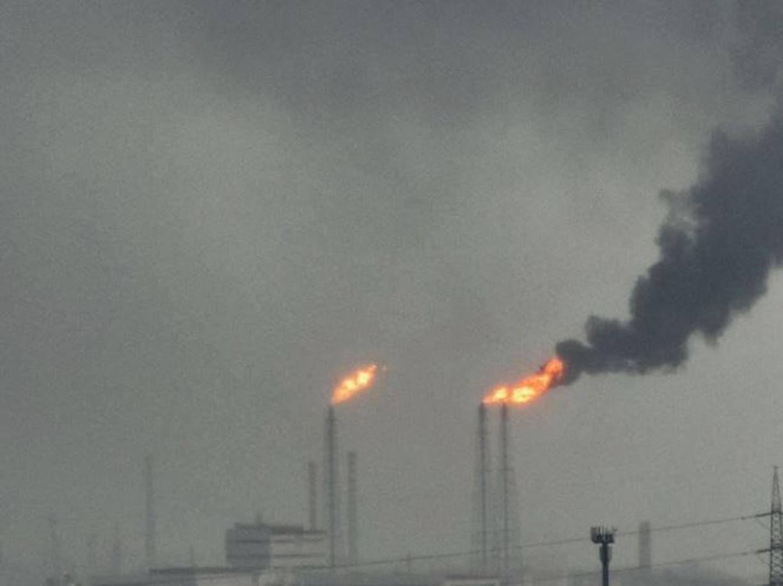 Taranto, fiamme e fumo nero dalla raffineria Eni: «Black out dovuto a temporale»