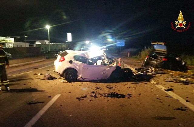 Immane tragedia, scontro frontale tra due auto, tre giovanissimi morti sul colpo, i corpi estratti dalle lamiere