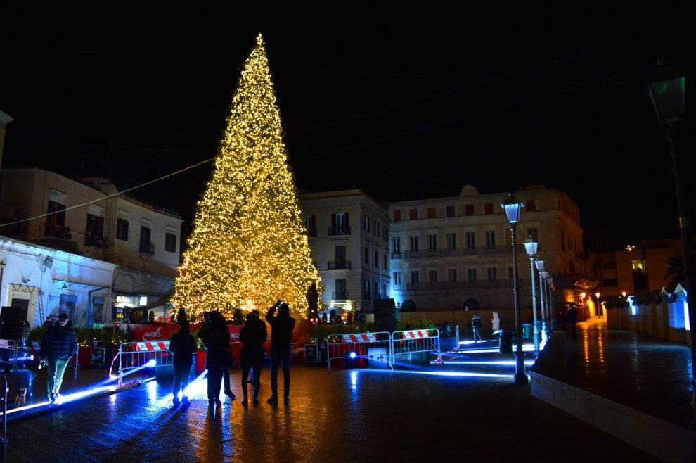"""Bari, """"O ci dai i soldi o bruciano l'albero di Natale di Piazza Ferrarese"""", due arresti per tentata estorsione"""