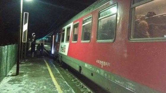Mezza Italia attanagliata dalla morsa del gelo: treno resta bloccato con 400 persone a bordo