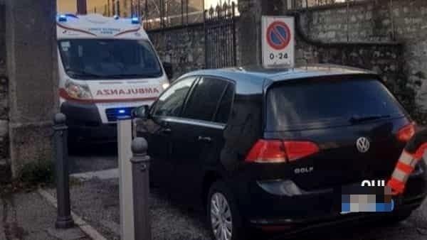 Parcheggia davanti al cancello e blocca l'ambulanza per mezz'ora, la multa… 41euro