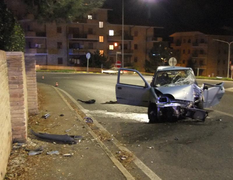 Bari, violentissimo incidente stradale, auto finisce la sua corsa contro una villa, conducente in fin di vita