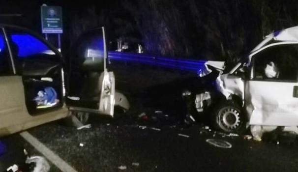 Terribile schianto frontale tra un'auto e un furgone, muore una mamma di 43 anni, i tre bimbi feriti