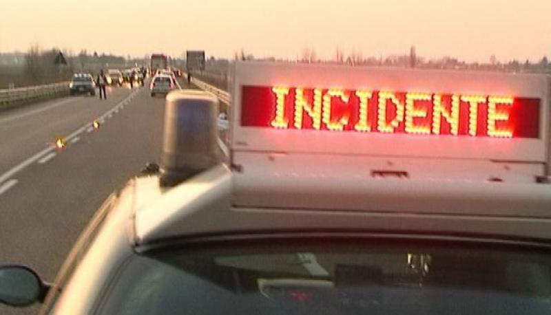 Terribile incidente in tangenziale, auto viaggia contromano a fortissima velocità e impatta con un'altra auto, feriti gravissimi