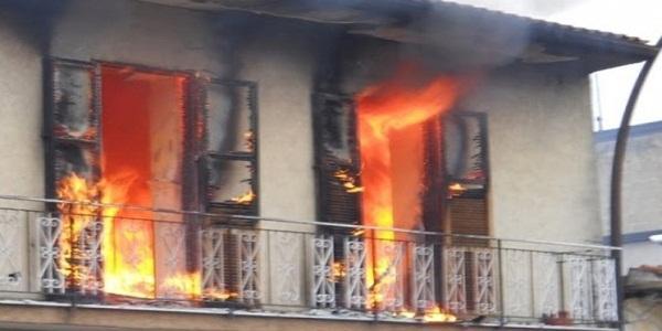Spaventoso incendio in una casa, trovati carbonizzati i corpi di tre persone