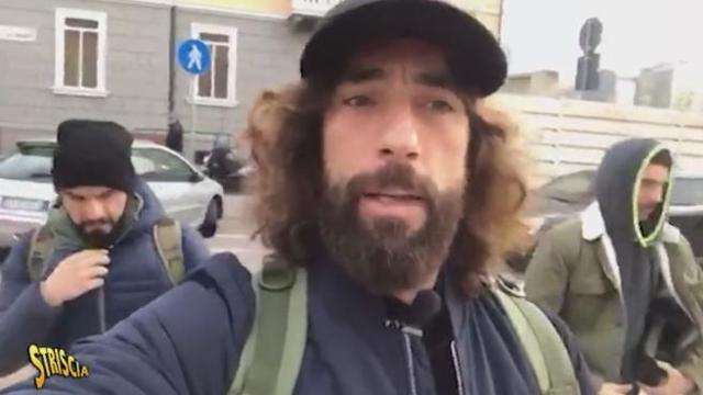 Due colpi di pistola, il lancio di un mattone che ha ferito un cameraman e minacce di morte contro Vittorio Brumotti