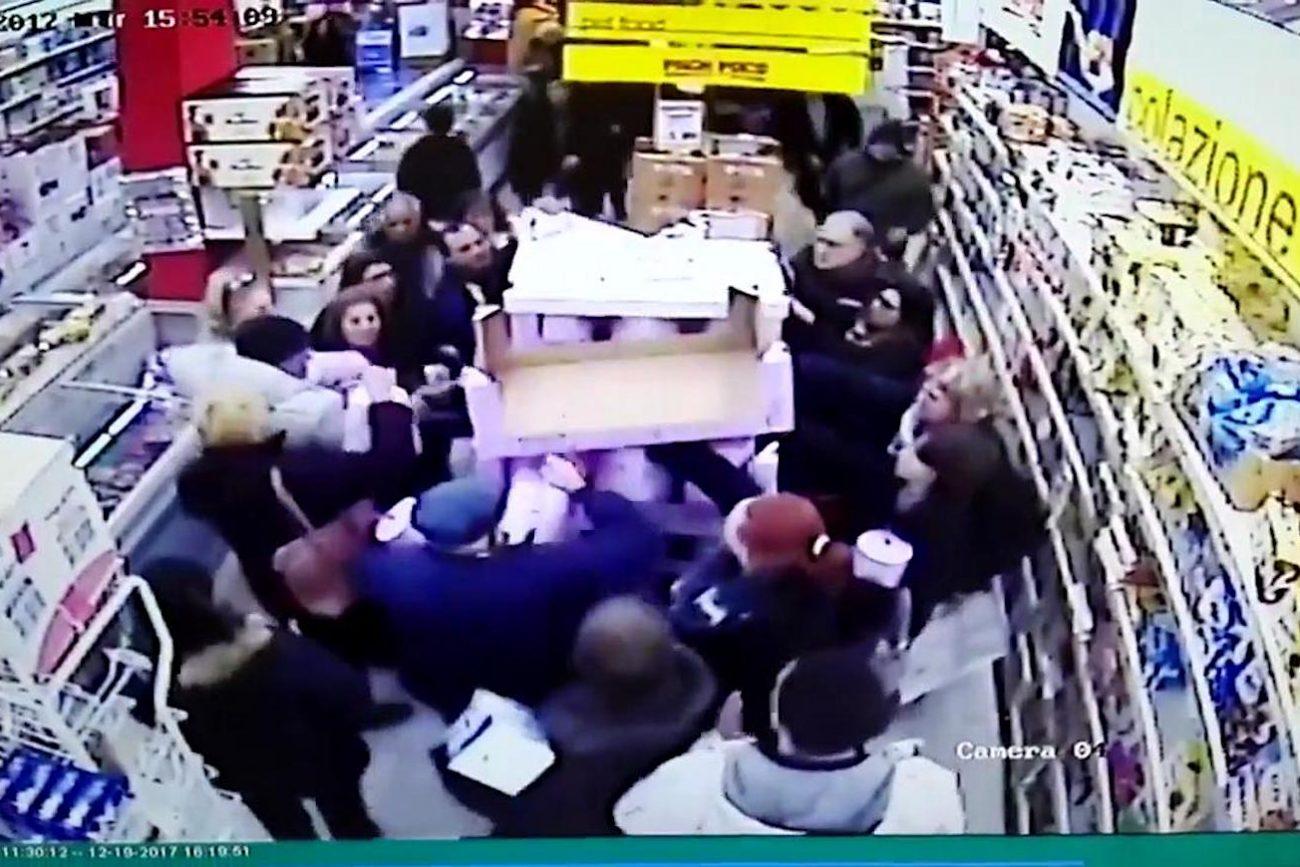 Palermo, assalto ai pandori in offerta al supermercato. Il video