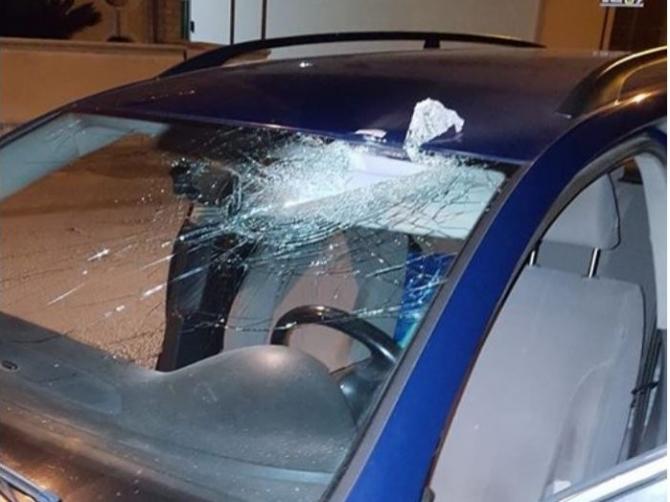 Puglia, attimi di terrore su una strada trafficata, sconosciuti lanciano grossi sassi contro auto in corsa, ferito un consigliere comunale