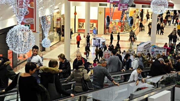 Per Natale vanno a fare shopping ma si dimenticano la piccola figlia di due anni nel centro commerciale