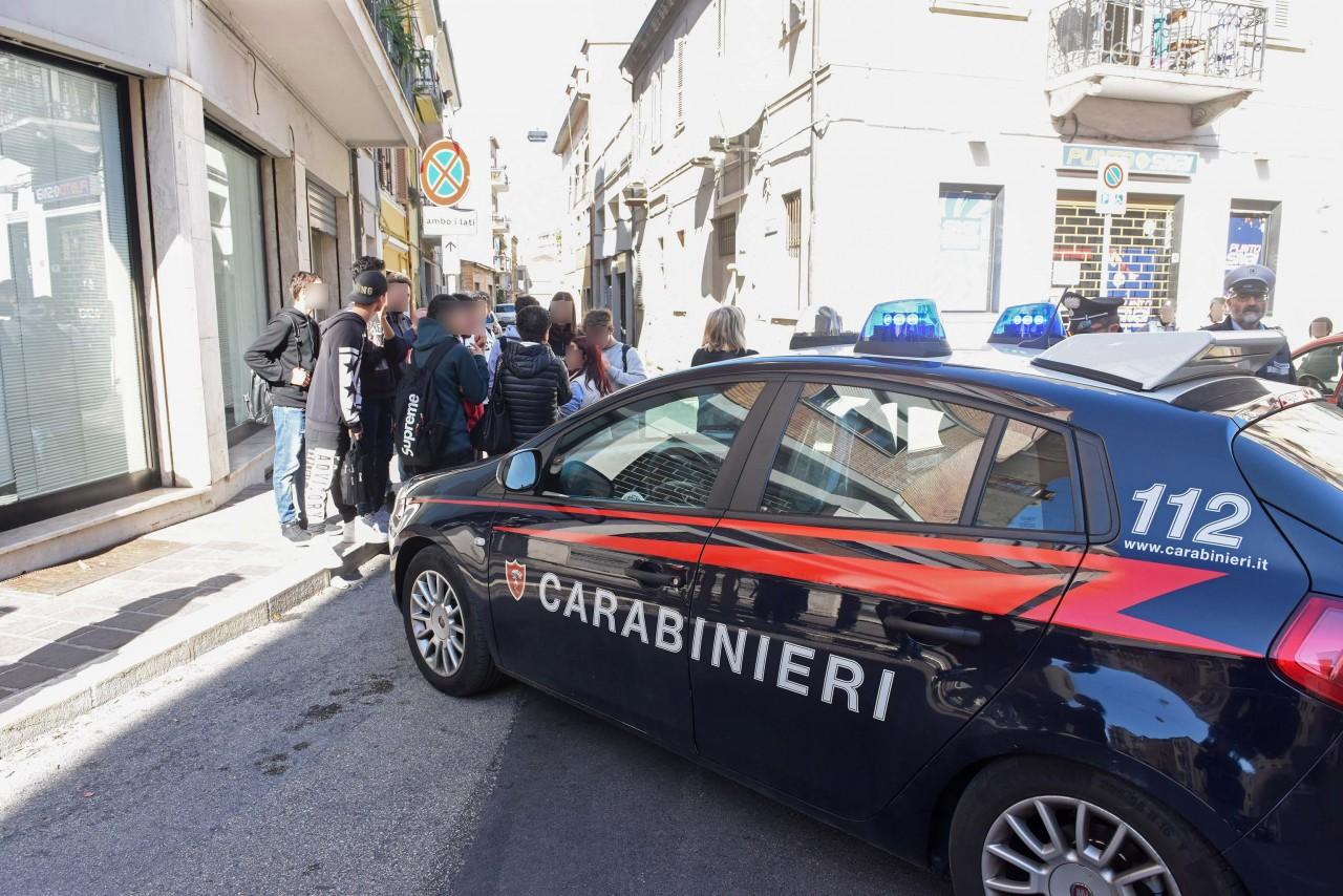 Puglia, esce dalla caserma dei Carabinieri e gli sparano alla presenza della moglie e della figlia