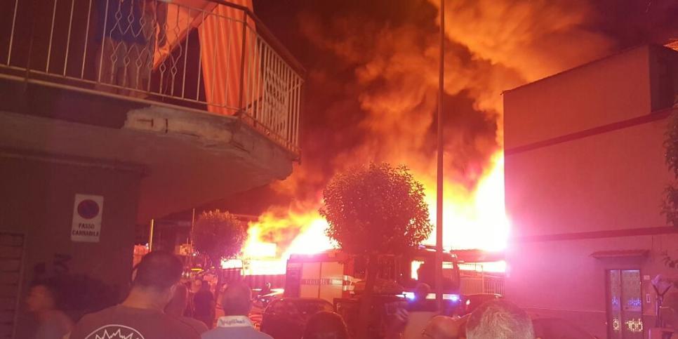 Tragedia della vigilia di Natale, le luci dell'albero causano un incendio in casa, muore la mamma salvi i bambini