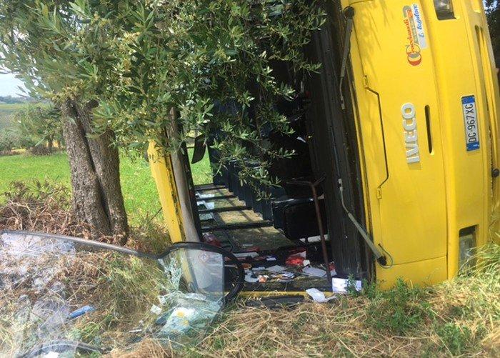 Mantova, bus con a bordo bambini delle elementari si rovescia. 23 feriti