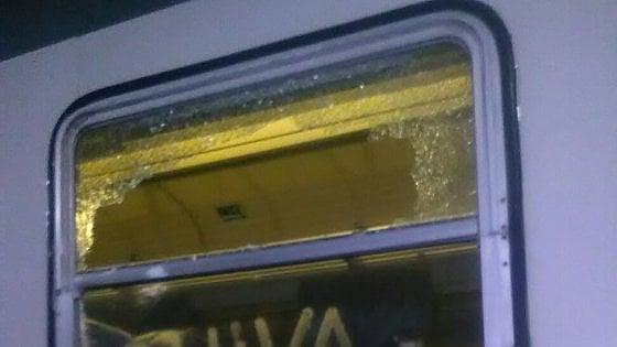 Puglia, lanciati sassi contro un treno, finestrino frantumati, feriti alcuni passeggeri e capotreno