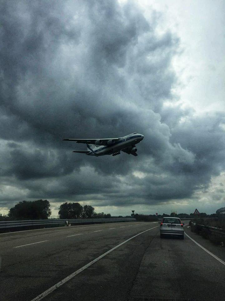 Puglia foto choc, aereo in volo a pochi metri dalla strada statale 106