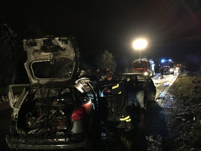 Bari, terribile scontro frontale, due auto prendono fuoco strada chiusa al traffico, diversi feriti tra i quali un bimbo