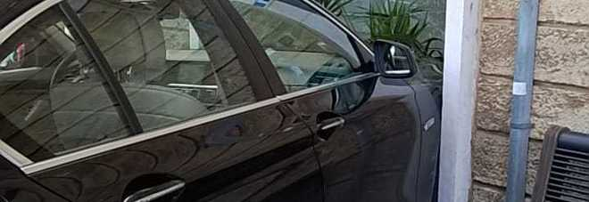 Puglia, paura per strada, un'auto perde il controllo e finisce in un bar mandando in frantumi la vetrata