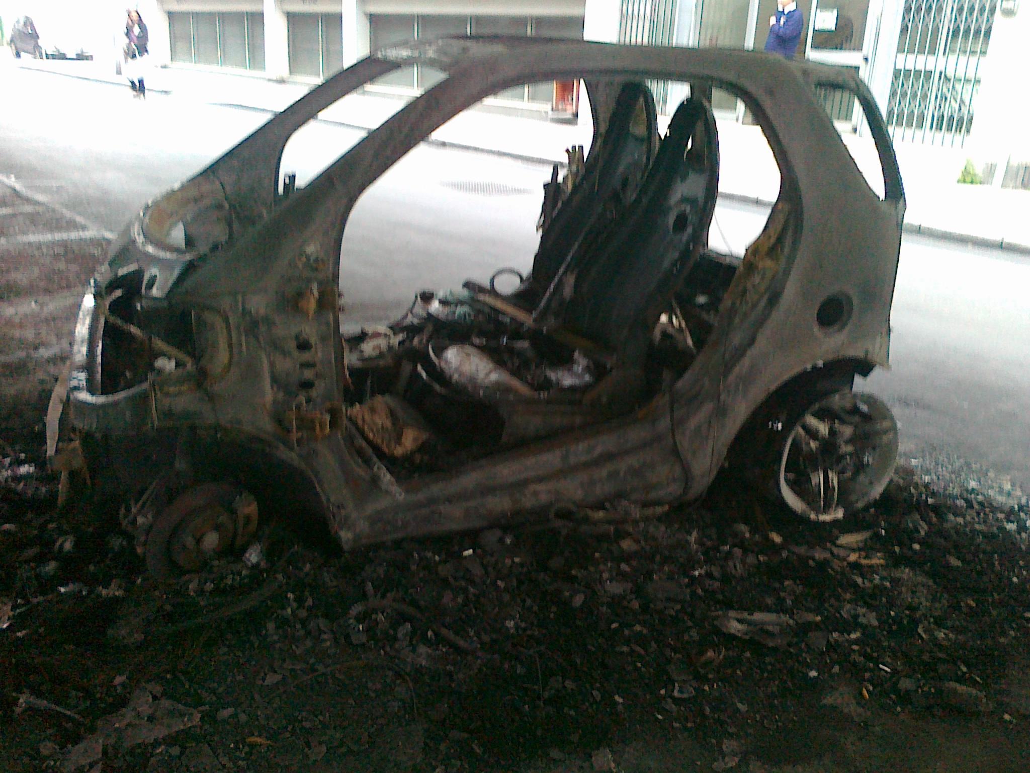 Bari momenti diterrore, quartiere Madonnella, un'auto in fiamme